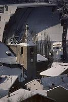 Europe/France/Languedoc-Roussillon/66/Pyrénées -Orientales/Odeillo : Four solaire et eglise en hiver