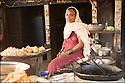 2006- Népal- Sur la route de Lumbini- Commerçante.