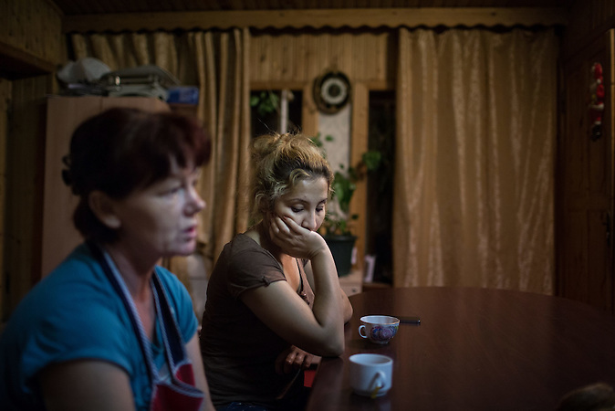 "Die Usbekin Osoda lebt mit ihrem Sohn Islam in einer Unterkunft für Frauen in Krisensituationen nahe Moskau. / Uzbek migrant worker Ozoda (C) sits next to her friend Vera, a refugee from Uzbekistan as they drink tea in a charity shelter for women in crisis situation ""Neznayka"" outside Moscow."