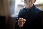 """59 ans - Sans Emploi (Photograveur dans la presse parisienne) - Cancer du foie depuis 2 ans..Fume deux joints tous les soirs depuis 1967 (avec huit ans d'arret pour une femme qui n'aimait pas ca)...""""Ça me detend, ca m'aide a bien dormir, et ca m'aide a me faire manger car la chimio coupe completement la faim. Je ne conduis jamais apres avoir fume, et le shit me coupe l'envie de fumer du tabac""""..""""Au debut c'etait pour essayer et faire comme les autres. A l'armee je vendais du shit aux sous officiers. Apres l'armee j'ai ete accro a l'heroine pendant deux ans et j'ai attape une hepatite C mais je ne l'ai plus depuis 2000. Les medecins ne savent pas si mon cancer du foie est lie. A cote de moi Lou Reed c'etait un enfant """"..Favorable a la legalisation pour """"empecher les gars de la petite mafia de se prendre pour des caids et la qualite serait controlee"""""""