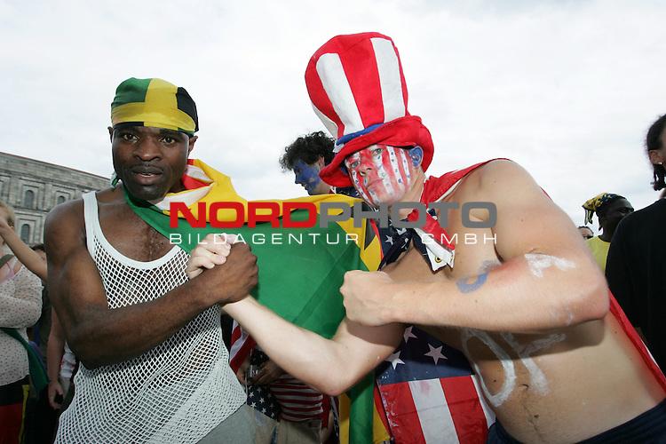 FIFA WM 2006 -  Fan Meile Nuernberg<br /> <br /> USA - Ghana<br /> <br /> USA und Ghana Fans feiern zusammen am Volksfestplatz in N&cedil;rnberg.<br /> <br /> Foto: nordphoto