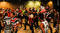 RECIFE,PE,15.11.2015 - FUTEBOL-SANTA CRUZ- Uma multidão de torcedores do Santa Cruz no Aeroporto Internacional do Recife/Guararapes - Gilberto Freyre, esperando o time do Santa cruz após a vitória sobre o Botafogo-Rj, neste domingo, 15. (Foto: Jean Nunes/Brazil Photo Press)
