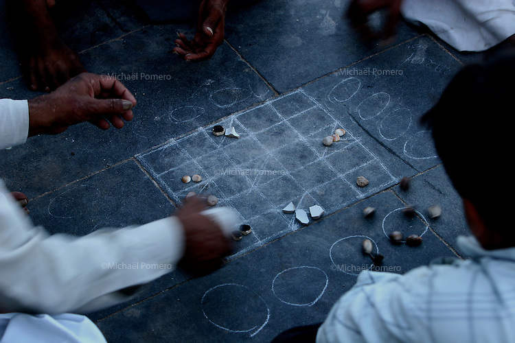 06.10.2008  Dwarka(Gujarat)<br /> <br /> Mans playing game on the ground.<br /> <br /> Hommes jouant par terre.