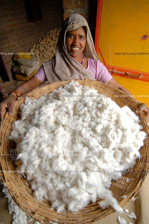 Indien Madhya Pradesh , bioRe Projekt fuer biodynamischen Anbau von Baumwolle in Kasrawad / INDIA Madhya Pradesh , organic cotton project bioRe in Kasrawad, woman with cotton yield