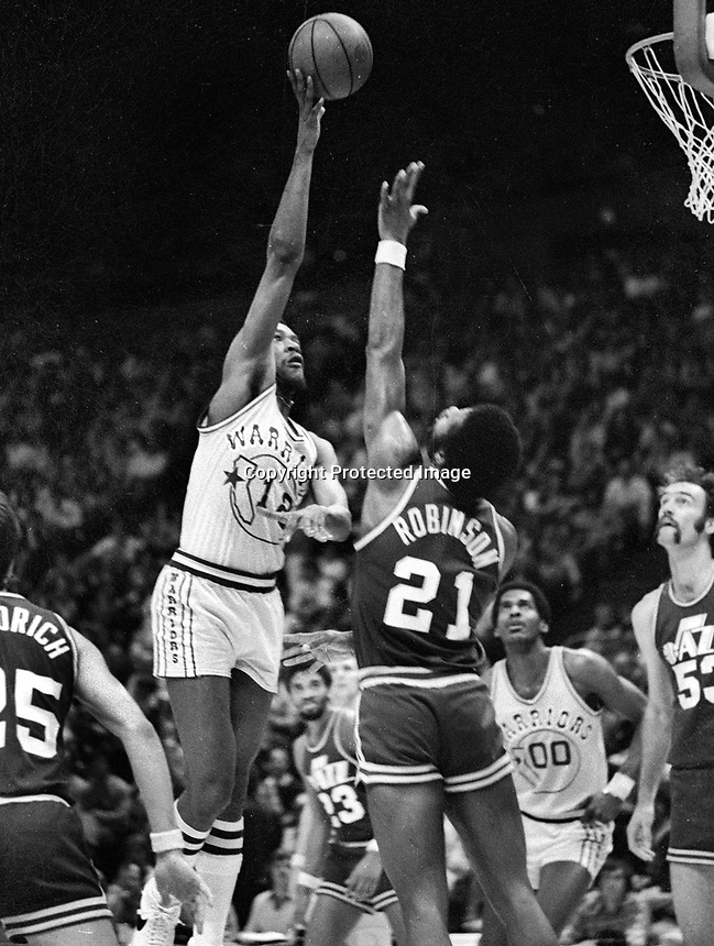 Golden State Warriors E.C.Coleman shooting over Jazz #21 Truck Robinson.1978 photo/Ron Riesterer)