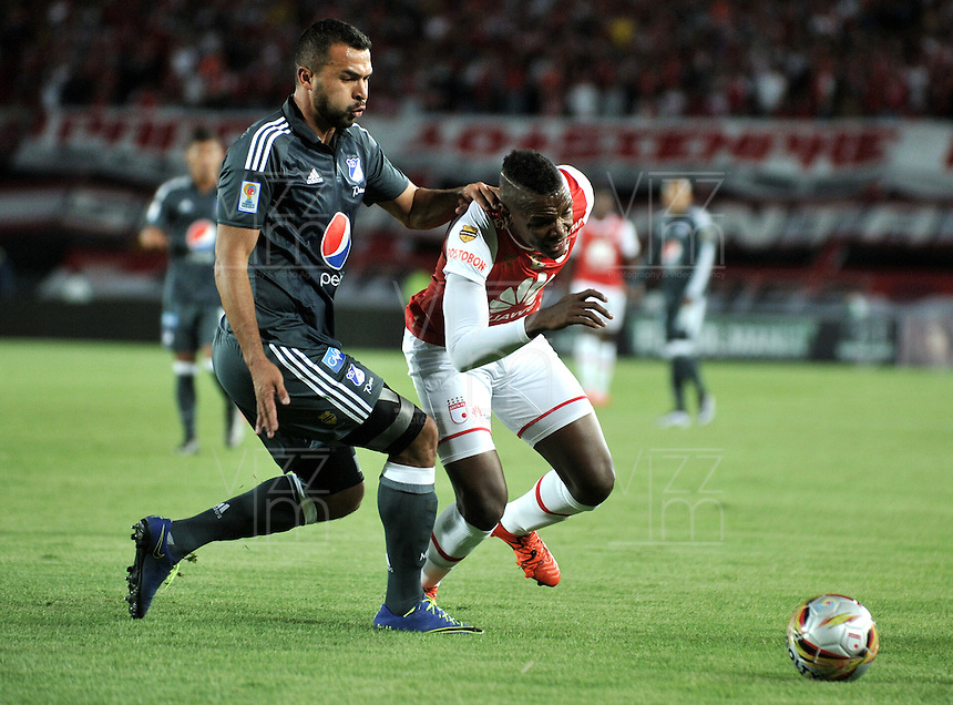 BOGOTA - COLOMBIA - 07-02-2016: Leyvin Balanta (Der.) jugador de Independiente Santa Fe disputa el balón con Andres Cadavid (Izq.) jugador de Millonarios, durante partido por la fecha 2 entre Independiente Santa Fe y Millonarios de la Liga Aguila I-2016, en el estadio Nemesio Camacho El Campin de la ciudad de Bogota.  / Leyvin Balanta (R) player of Independiente Santa Fe struggles for the ball with Andres Cadavid (L) player of Millonarios, during a match of the 2 date between Independiente Santa Fe and Millonarios, for the Liga Aguila I -2016 at the Nemesio Camacho El Campin Stadium in Bogota city, Photo: VizzorImage / Luis Ramirez / Staff.