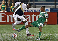 HEMPSTEAD - USA. 13-07-2016: Yohandry Orozco (Der) jugador del New York Cosmos disputa el balón con Antony Wallace (Izq) jugador de Jacksonville Armada FC durante partido por la temporada de otoño 2016 de la North American Soccer League (NASL) jugado en el estadio James M. Shuart Stadium de la ciudad de Hempstead, NY./ Yohandry Orozco (R) player of New York Cosmos vies for the ball with Antony Wallace (L) player of Jacksonville Armada FC during match for the fall season 2016 of the  North American Soccer League (NASL) played at James M. Shuart Stadium in Hempstead, NY. Photo: VizzorImage/ Gabriel Aponte / Staff