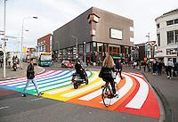 Nederland Zaandam 2016. Regenboog zebrapad in Zaandam. In juli nam de gemeenteraad een motie aan om een Gaybrapad in Zaanstad aan te leggen. In een persbericht schrijft Zaanstad dat de gemeente laat zien dat het een van de zogeheten regenboogsteden is. Die steden zetten zich in voor het vergroten van de acceptatie van lesbiennes, homoseksuelen, biseksuelen en transgenders. Het wordt  op Coming Out Day 11 oktober officieel geopend.  Foto Berlinda van Dam / Hollandse Hoogte