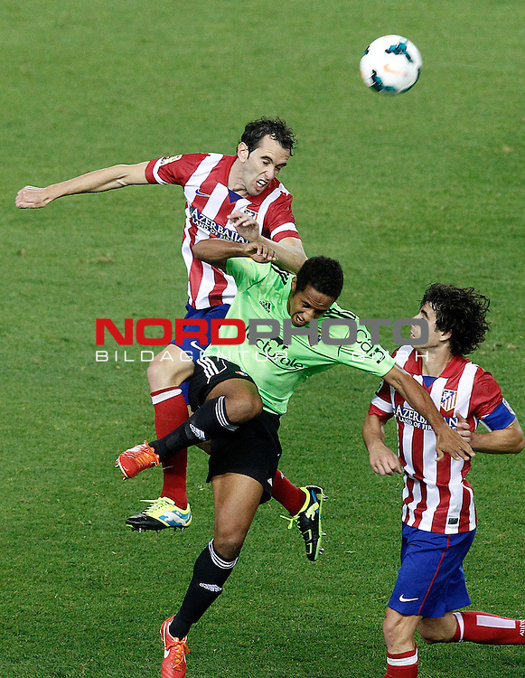 Atletico de Madrid's Diego Godin (l) and Tiago Cardoso (r) and Osasuna's Jordan Loties during La Liga match.September 24,2013. Foto © nph / Acero)