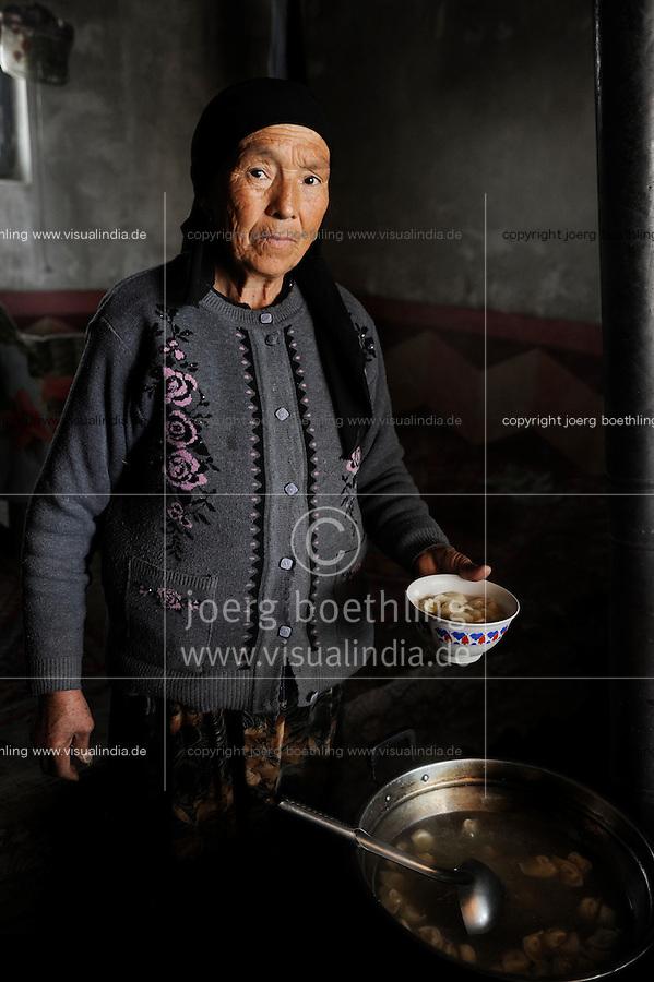 CHINA Provinz Xinjiang uigurische Doerfer bei Stadt Kashgar, hier lebt das Turkvolk der Uiguren , die sich zum Islam bekennen, Frauen bereiten gefuellte Teigtaschen zu / CHINA province Xinjiang, uighur villages around city Kashgar where uyghur people are living , women prepare food in kitchen