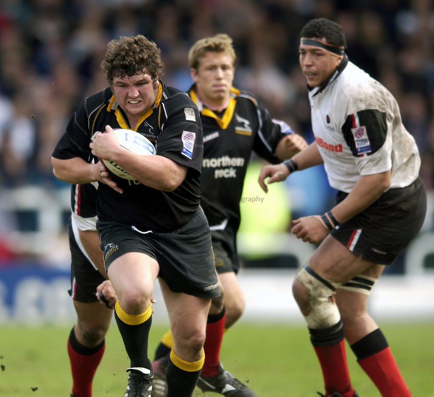 .Photo. Jed Wee.Newcastle Falcons v Saracens, Zurich Premiership, Kingston Park, Newcastle. 04/05/2003..Newcastle's Ian Peel (L).
