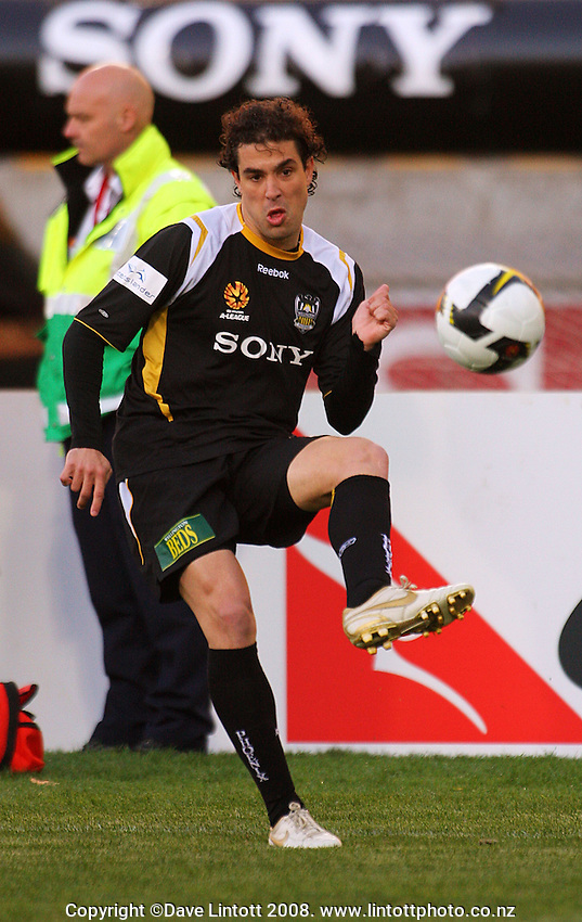 Daniel Cortes crosses during the A-League Round Four football match between  Wellington Phoenix and Central Coast Mariners at Westpac Stadium, Wellington, New Zealand on Sunday, 14 September 2008. Photo: Dave Lintott / lintottphoto.co.nz
