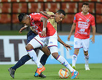 RIONEGRO -COLOMBIA-13-08-2015. Hilton Murillo (Der) jugador de Águilas Doradas de Colombia disputa el balón con Omar Reyes (Izq) jugador de Unión Comercio de Perú en partido de primera fase, llave G5, por la Copa Sudamericana 2015 jugado en el estadio Alberto Grisales de Rionegro./ Hilton Murillo (R) player of Aguilas Doradas of Colombia vies for the ball with Omar Reyes (L) player of Union Comercio of Peru in match of the first phase, key G5, for the Copa Sudamericana 2015 played at Alberto Grisales stadium in Rionegro.  Photo:VizzorImage/ León Monsalve /