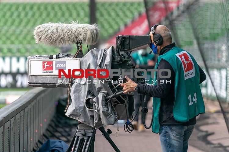 Feature TV Kameramann mit CORONA Gesichtsmaske<br /> <br /> Sport: Fussball: 1. Bundesliga: Saison 19/20: <br /> 26. Spieltag: SV Werder Bremen vs Bayer 04 Leverkusen, 18.05.2020<br /> <br /> Foto ©  gumzmedia / Nordphoto / Andreas Gumz / POOL <br /> <br /> Nur für journalistische Zwecke! Only for editorial use!<br />  DFL regulations prohibit any use of photographs as image sequences and/or quasi-video.