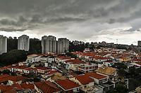 SAO PAULO, SP, 13 DE MARÇO DE 2013. CLIMATEMPO.  Nuvens carregadas na região da Rodovia Raposo Tavares, Butantã, na zona oeste da capital paulista, na tarde desta quarta-feira,13. FOTO ADRIANA SPACA/BRAZIL PHOTO PRESS