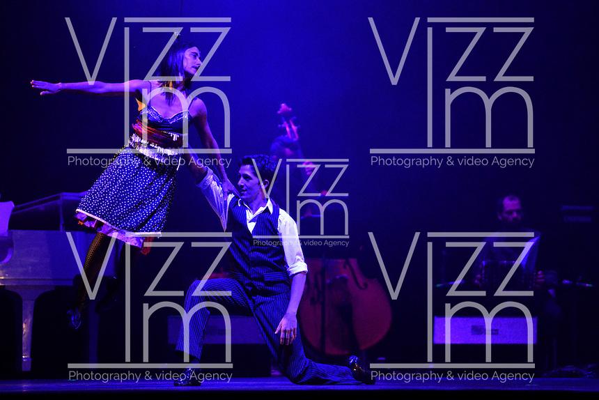 """BOGOTÁ-COLOMBIA-014-04-2014. Ensayo de la obra """"8ocho"""" de la compañia de Danza Aerea Brenda Angiel  reallizado en el Palacio de los Deportes y que forma parte de la programación del XIV Festival Iberoamericano de Teatro de Bogotá 2014./  Pre show of """"8ocho"""" of the company Danza Aerea Brenda Angiel played at Palacio de los Deportes as a part of  schedule of the XIV Ibero-American Theater Festival of Bogota 2014.  Photo: VizzorImage/ Diana Sanchez /Str"""