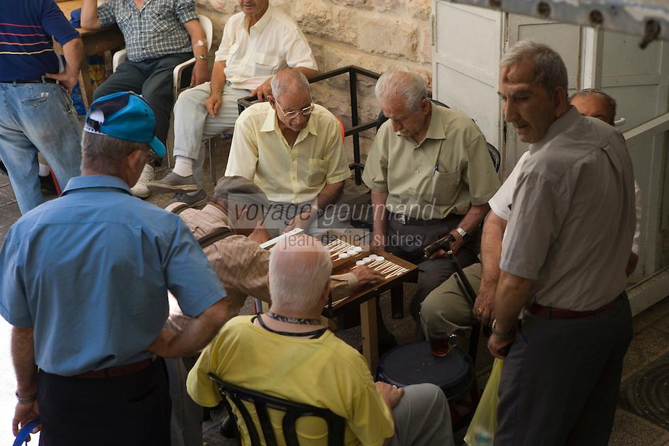 Asie/Israël/Judée/Jérusalem détail hommes jouant aux dames sur le marché Mahane Yehuda un des marchés les plus importants de la ville