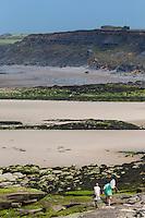 France, Pas-de-Calais (62), Côte d'Opale, Audresselles:  Enfants pêcheurs de crevettes sur le littoral sauvage vers  la Pointe du Nid de Corbet et Audighen,//  France, Pas de Calais, Cote d'Opale (Opal Coast), Audresselles: Children shrimp fishermen on the rugged coastline to the Pointe du Nid de Corbet and Audighen,