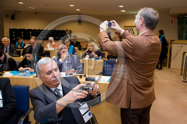 BRUSSELS - BELGIUM - 03 DECEMBER 2009 --  European Training Foundation (ETF) Education and Business Cooperation conference -- Participants taking pictures during the conference. PHOTO: ERIK LUNTANG / EUP-IMAGES