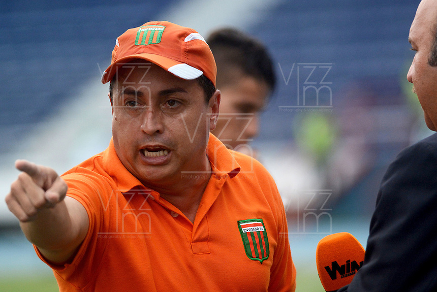 BARRANQUIILLA -COLOMBIA-09-08-2015. Juan Carlos Sanchez técnico de Envigado FC gesticula durante el encuentro con Uniautónoma por la fecha 5 de la Liga Aguila II 2015 jugado en el estadio Metropolitano de la ciudad de Barranquilla./ Juan Carlos Sanchez coach of Envigado FC gestures during match agaisnt Uniautonoma valid for the 5th date of the Aguila League II 2015 played at Metropolitano stadium in Barranquilla city.  Photo: VizzorImage/ Alfonso Cervantes /