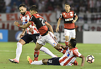 BARRANQUIILLA - COLOMBIA, 30-11-2017: Matias Mier Codina (Der) y Luis Narvaez Pitalua (Der) del Atlético Junior de Colombia disputan el balón con Lucas Paqueta (C) jugador de Flamengo de Brasil durante partido de vuelta por la semifinal 2 de la Copa CONMEBOL Sudamericana 2017  jugado en el estadio Metropolitano Roberto Meléndez de la ciudad de Barranquilla. / Matias Mier Codina (L) and Luis Narvaez Pitalua (R) player of Atlético Junior of Colombia struggles the ball with Lucas Paqueta (C) player of Flamengo of Brazil during second leg match for the semifinal 2 of the Copa CONMEBOL Sudamericana 2017played at Metropolitano Roberto Melendez stadium in Barranquilla city.  Photo: VizzorImage / Gabriel Aponte / Staff