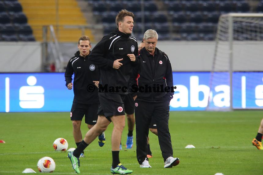 Trainer Armin Veh beobachtet die Wade von Alex Meier (Eintracht) - Training zur Begegnung der Europa League Eintracht Frankfurt vs. Girondins Bordeaux