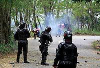 MARMATO - COLOMBIA - 18-07-2013: Mineros del país salieron a protestar en las vías, en la población de Marmato , en la via Bogota- Medellin, julio 18 de 2013. (Foto: VizzorImage / Yonboni / Str.) Miners of the country came to protest on the tracks, in the town of Marmato, in the road Bogota-Medellin, July 18, 2013. (Photo: VizzorImage / Yonboni / Str)