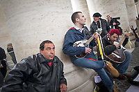 Pellegrini suonano sotto il colonnato durante il secondo giorno di coclave. Papa Francesco viene eletto come successore di San Pietro Marzo 14, 2013. Photo: Adamo Di Loreto/BuenaVista*photo