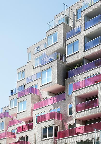 Nederland Amsterdam  2017. Nieuwbouw aan de Zuidas. Het  Summertime appartementencomplex. Appartementen met gekleurde balkonhekken. Vrije sector huurwoningen in het middeldure segment. Foto Berlinda van Dam / Hollandse hoogte