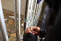 CURITIBA, PR, 15.08.2014 -DISSOLUÇÃO DO PARTIDO PSDB / CURITIBA - Fotos durante aprovação da dissolução da Comissão Executiva Estadual do partido do Paraná na tarde desta sexta-feira (15) em frente a sede no diretório na Rua Vicente Machado, em Curitiba. A sede estava trancada com correntes no portão e um chaveiro foi chamado depois da aprovação de 42 membros do diretório para substituição do presidente do partido no Paraná.  (Foto: Paulo Lisboa / Brazil Photo Press)