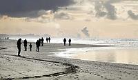 Nederland - Hargen aan Zee - 2019 .  De kustlijn werd hier lange tijd gedomineerd door de Hondsbossche Zeewering; een 5,5 km lange verharde dijk die het land beschermde tegen de zee. In 2015 ging het gebied geheel op de schop. Het strand en de duinstrook zijn verbreed. In de verte Tata Steel.    Foto Berlinda van Dam / Hollandse Hoogte