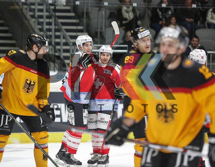 Torjubel Schweiz nach dem Ausgleich zum 1:1, Torsch&uuml;tze Romain LOEFFEL, li.), Bernhard EBNER (Deutschland, li.)<br /> <br /> Eishockey, Deutschland-Cup 2015, Augsburg, Deutschland vs. Schweiz, 06.11.2015,<br /> <br /> Foto &copy; PIX-Sportfotos *** Foto ist honorarpflichtig! *** Auf Anfrage in hoeherer Qualitaet/Aufloesung. Belegexemplar erbeten. Veroeffentlichung ausschliesslich fuer journalistisch-publizistische Zwecke. For editorial use only.