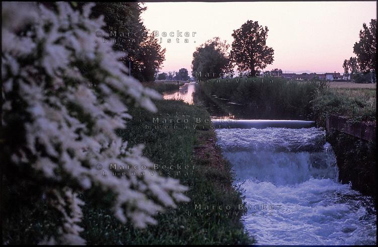 Morimondo (Milano). Una conca del Naviglio di Bereguardo al tramonto --- Morimondo (Milan). A pound of the canal Naviglio di Bereguardo at dusk