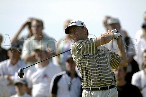 July 19, 2003: DAVIS LOVE III (USA) looks into the distance after driving from the 4th tee, The Open Championship, Royal St George's Golf Club Photo: Neil Tingle/Action Plus...British 2003 golf golfer golfers 030719 tees teeing off.wood