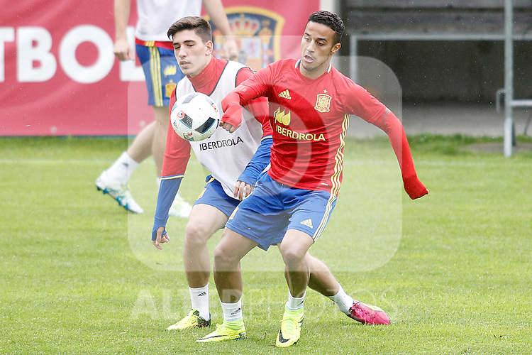 Spain's Hector Bellerin (l) and Thiago Alcantara during preparing training stage to Euro 2016. May 30,2016.(ALTERPHOTOS/Acero)