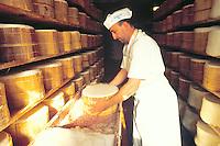 - production of DOC gorgonzola cheese, salting....- produzione del formaggio gorgonzola DOC, salatura