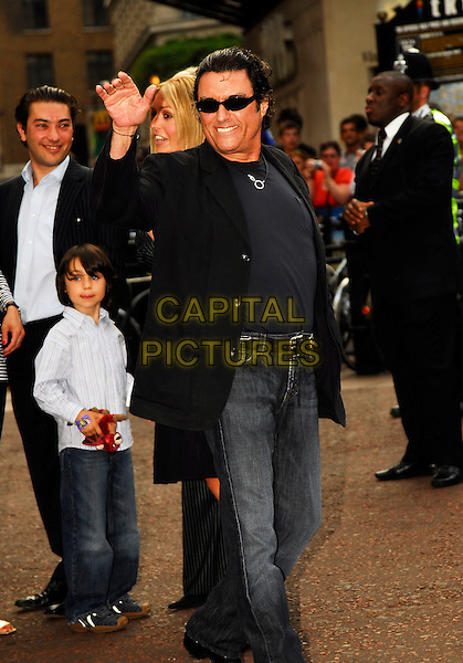 """IAN McSHANE.Attending the UK Premiere of """"Shrek The Third"""",.Odeon Leicester Square, London, England,.June 11th 2007..full length hand waving jeans black jacket sunglasses.CAP/IA.©Ian Allis/Capital Pictures"""