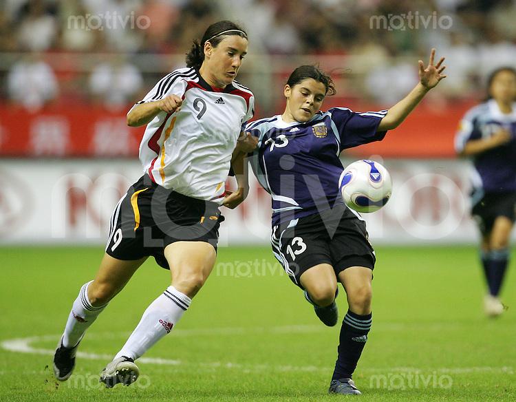 Fussball International Frauen WM China 2007  Eroeffnungsspiel im Hongkou WM Stadion Deutschland - Argentinien Germany - Argentina Maria QUINONES (ARG, r) gegen Birgit PRINZ (GER).