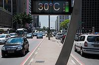 SÃO PAULO-SP-11.11.2014-CLIMA TEMPO/ SÃO PAULO - a temperatura está em 30° na Avenida Paulista .Região centro-sul da cidade de São Paulo,na tarde dessa terça-feira,11(Foto:Kevin David/Brazil Photo Press)