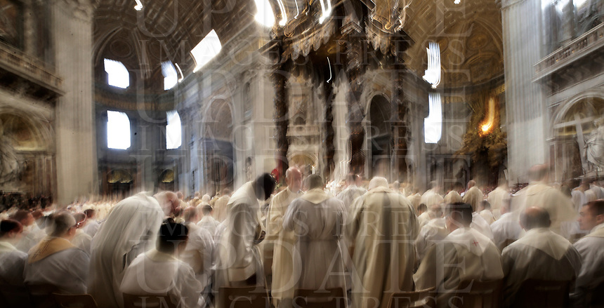 Prelati durante la Messa del Crisma in occasione del Giovedi' Santo celebrata da Papa Francesco nella Basilica di San Pietro, Citta' del Vaticano,29 marzo 2018.<br /> Prelats attend the Chrism Mass for Holy Thursday in Saint Peter's Basilica at the Vatican, on March 29, 2018.<br /> UPDATE IMAGES PRESS/Isabella Bonotto<br /> <br /> STRICTLY ONLY FOR EDITORIAL USE