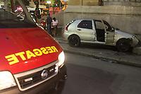 S&Atilde;O PAULO, SP, 20/02/2012, ACIDENTE P&Ccedil;A RAMOS DE AZEVEDO.<br /> <br />  Um veiculo que trafegava na P&ccedil;a Ramos de Azevedo  capotou e bateu contra a lateral da escada do Teatro Municipal na manh&atilde; de hoje (20).<br />  O motorista aparentava sinais de embriaguez, juntamente com o outro passageiro, ambos n&atilde;o se feriram.<br /> <br />  Luiz Guarnieri/ Brazil Photo Press
