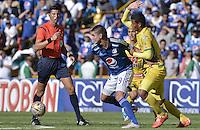BOGOTA - COLOMBIA -27 -09-2015: Michael Rangel (Izq) jugador de Millonarios disputa el balón con Diego Amaya (Der) jugador de Atlético Huila durante partido por la fecha 14 de la Liga Águila II 2015 jugado en el estadio Nemesio Camacho El Campín de la ciudad de Bogotá./ Michael Rangel (L) player of Millonarios fights for the ball with Diego Amaya (R) player of Atletico Huila during the match for the date 14 of the Aguila League II 2015 played at Nemesio Camacho El Campin stadium in Bogota city. Photo: VizzorImage / Gabriel Aponte / Staff.