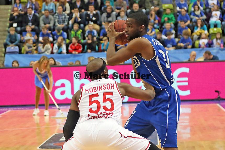 Sean Armand (Skyliners) gegen Dawan Robinson (Bamberg) - Fraport Skyliners vs. Brose Baskets Bamberg, Fraport Arena Frankfurt