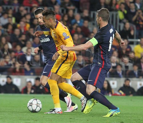 05.04.2016 Nou Camp, Barcelona, Spain.  Uefa Champions League Quarter-finals 1st leg. FC Barcelona against Atletico de Madrid. Neymar breaks between defenders