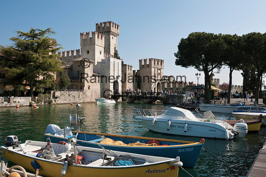 Italy, Lombardia, Sirmione, located on a small peninsula on the South Banks of Lake Garda: Scaliger Castle at entrance to Old Town   Italien, Lombardei, Gardasee, Sirmione, auf einer Halbinsel am Suedufer des Gardasees gelegen: Skaligerburg am Eingang zur Altstadt