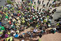 """Bergarbeiterstreik in Spanien.<br />Am 5. Juli 2012 erreichten 200 Bergarbeiter mit dem """"Marcha Negra"""" (der Schwarze Marsch) nach 14 Tagen und 381,7 Kilometer Marsch die Ortschaft Sanchidrian in der Provinz Avila. Am 11. Juli 2012 wollen die Mineros in Madrid eintreffen und vor das Wirtschaftsministerium gehen.<br />Mit dem Marcha Nagra und dem seit Mai andauernden Streik der Mineros soll die Regierung gezwungen werden, die Kuerzung von 64% der Bergbaufoerderung zurueck zu nehmen. Die Kuerzung bedeutet das Aus fuer den spanischen Bergbau und tausende Bergarbeiter sind von Arbeitslosigkeit bedroht.<br />Im Bild: Der Buergermeister hat vor dem Rathaus 2 Minuten Zeit fuer eine Begruessung der Mineros, dann ziehen sie weiter.<br />5.7.2012, Sanchidrian/Spanien<br />Copyright: Christian-Ditsch.de<br />[Inhaltsveraendernde Manipulation des Fotos nur nach ausdruecklicher Genehmigung des Fotografen. Vereinbarungen ueber Abtretung von Persoenlichkeitsrechten/Model Release der abgebildeten Person/Personen liegen nicht vor. NO MODEL RELEASE! Don't publish without copyright Christian-Ditsch.de, Veroeffentlichung nur mit Fotografennennung, sowie gegen Honorar, MwSt. und Beleg. Konto:, I N G - D i B a, IBAN DE58500105175400192269, BIC INGDDEFFXXX, Kontakt: post@christian-ditsch.de.<br />Urhebervermerk wird gemaess Paragraph 13 UHG verlangt.]"""