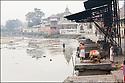2006- Népal- Kathmandu- Pashupatinath, le Temple d'or, rivière Bagmati, préparation à la crémation.