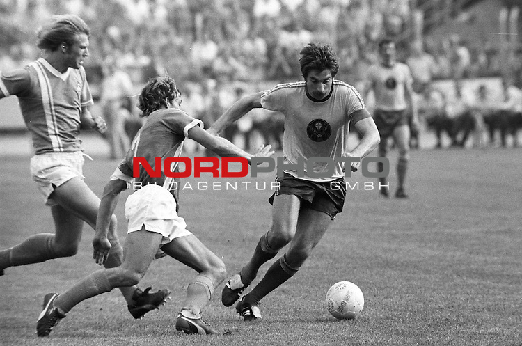 BS-Werder Bremen. Aus 1. BL Eintracht Braunschweig gegen Werder Bremen 3:2 am 30.08.1975.BS Sieler ist Bernd Gersdorff.                                                                                                    Foto:  nph / Rust