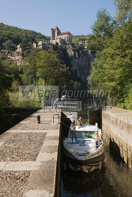 Europe/France/Midi-Pyrénées/46/Lot/Saint-Cirq-Lapopie: Navigation fluviale sur la vallée du Lot à l'écluse  Auto N°: 2008-213  Auto N°: 2008-214  Auto N°: 2008-216- Les Plus Beaux Villages de France
