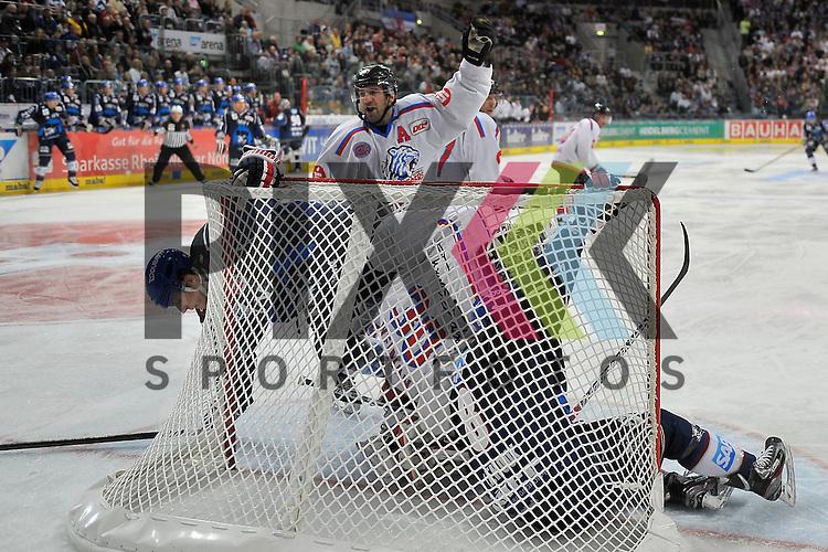 Nuernbergs Jason Jaspers (Nr.19) und Nuernbergs Tyler Weiman (Nr.30) gegen Mannheims Steve Wagner (Nr.14) und Mannheims Yanick Lehoux (Nr.8)  beim Spiel in der DEL, Adler Mannheim - Nuernberg Ice Tigers.<br /> <br /> Foto &copy; Ice-Hockey-Picture-24 *** Foto ist honorarpflichtig! *** Auf Anfrage in hoeherer Qualitaet/Aufloesung. Belegexemplar erbeten. Veroeffentlichung ausschliesslich fuer journalistisch-publizistische Zwecke. For editorial use only.